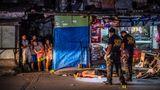 Beamte der Spurensicherung markieren den Tatort des Mordes an Michael Araja vor einem Laden im Pasay-Distrikt von Manila. Zeugen berichten, der 29-Jährige habe Zigaretten und etwas zu trinken kaufen wollen. Dann sei er von zwei Männern auf einem vorbeifahrenden Motorrad erschossen worden