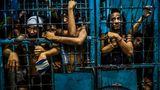 Auf einer Polizeistation warten Gefangene in einer Zelle auf ihre Überstellung. Im Rahmen der Antidrogenpolitik wurden schon mehr als 35.000 Abhängige oder Dealer verhaftet, fast 800.000 haben sich gestellt. Die Gefängnisse der Philippinen sind überfüllt, mehrere Dutzend Häftlinge müssen sich eine Zelle teilen