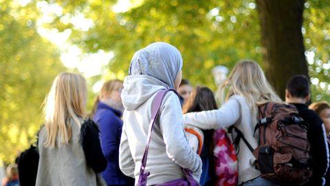 Erwägung Kopftuchverbot: Mädchen mit Kopftuch in niedersächsischer Schule