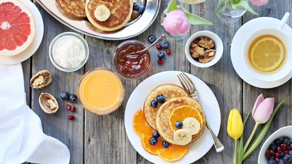 Pancakes auf dem Frühstückstisch