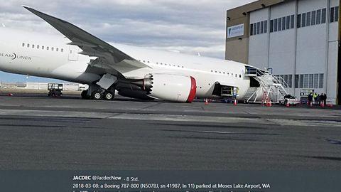 Dreamliner mit eingeknicktem Fahrwerk auf dem Moses Lake Airport