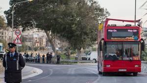 Polizisten sperren die Unfallstelle und den offenen Doppeldeckerbus auf Malta ab
