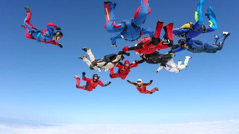 Weltrekord am Himmel: Mehr als 200 Fallschirmspringer bilden eine Formation im Himmel über Arizona.