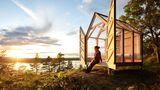 """Die unbeheizten Hütten sind für dreitägige Aufenthalte ab Mai zu buchen. Der Preis für eine """"gläserne Villa"""" am See beträgt 650 Euro bei Einzelbelegung oder 390 Euro pro Person bei Doppelbelegung - inklusive Vollpension für alle Tage."""