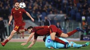 Das Team von AS Rom (in Rot) kämpftLuis Suarez und das gesamte Team vom FC Barcelona nieder