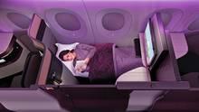 """Kategorie: Kabinenkonzepte  Qatar Airways hat die Business Class in Zusammenarbeit mit der Firma PriestmanGoode weiterentwickelt. Die """"QSuite"""" mit ihrer Tür und flachen Bett wirkt fast wie ein Hotelzimmer. Weiterer Vorteil der Mittelsitze: Vier Sessel lassen sich so zueinander drehen, dass eine gemeinsame Tafel zum Essen entsteht."""
