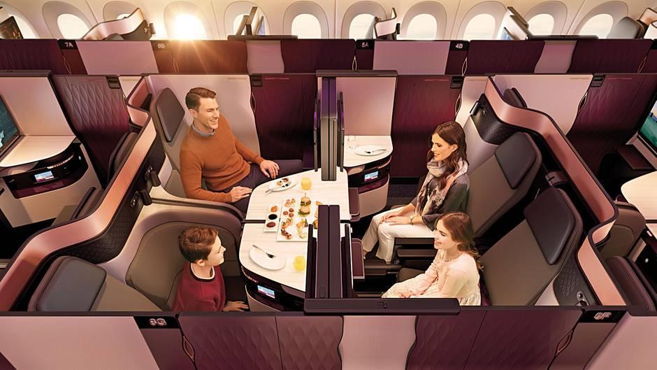 """Kategorie: Kabinenkonzepte  Qatar Airways hat die Business Class in Zusammenarbeit mit der Firma PriestmanGoode weiterentwickelt. Die """"Q-Suite"""" mit ihrer Tür und flachen Bett wirkt fast wie ein Hotelzimmer. Weiterer Vorteil der Mittelsitze: Vier Sessel lassen sich so zueinander drehen, dass eine gemeinsame Tafel zum Essen entsteht."""