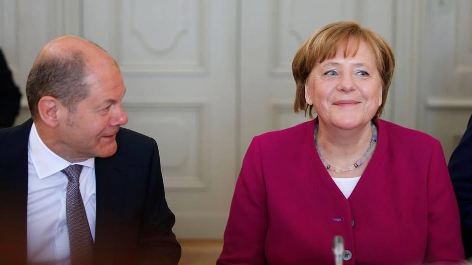 """Vizekanzler Scholz schaut Bundeskanzlerin Merkel an: """"Teambuilding gelungen"""""""