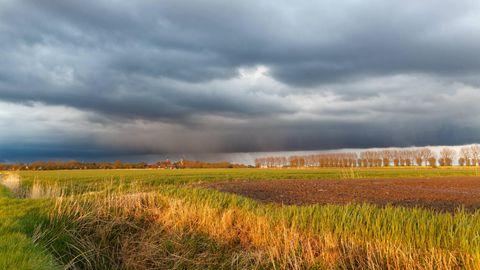 Wetter in Deutschland: Dunkle Wolken ziehen über Rysum in Ostfriesland
