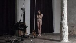 """Nackt und einsam: Darstellerin Dido am Set des Films """"Spectrophilia"""""""