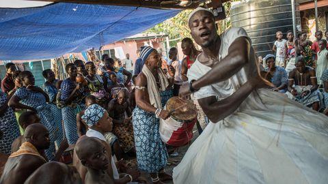 Ein Tänzert wirbelt durch einen Voodoo-Schrein.