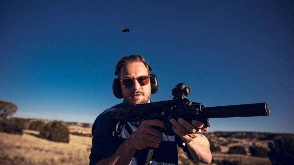 Joko-Reporter Friedemann Karig feuert einen Schuss ab.