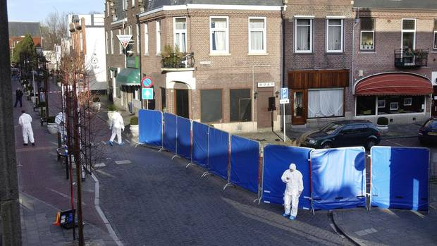 Am 24.1.2003 sichert die Polizei im nordholländschen Amstelveen einen Tatort. Der Mann, der dort erschossen wurde, ist Cor van Hout