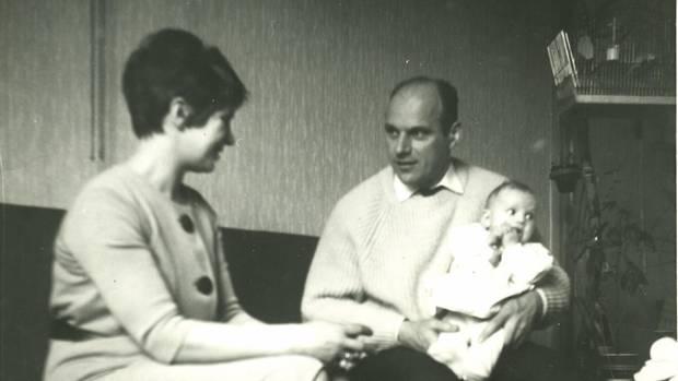 Baby Astrid mit ihren Eltern. Dem Vater macht sie später schwere Vorwürfe