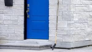 Ein Eishockeyschläger vor einer Tür in Kanada
