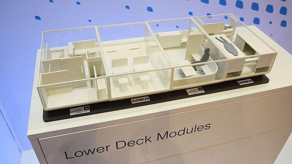 Vier Beispiele für modulare Nutzung des Unterdecks: Statt Cargo-Container könnten Einheiten mit je 10 Quadratmetern Grundfläche für Schlaf- oder Konferenzräume in den Rumpf geschoben werden.