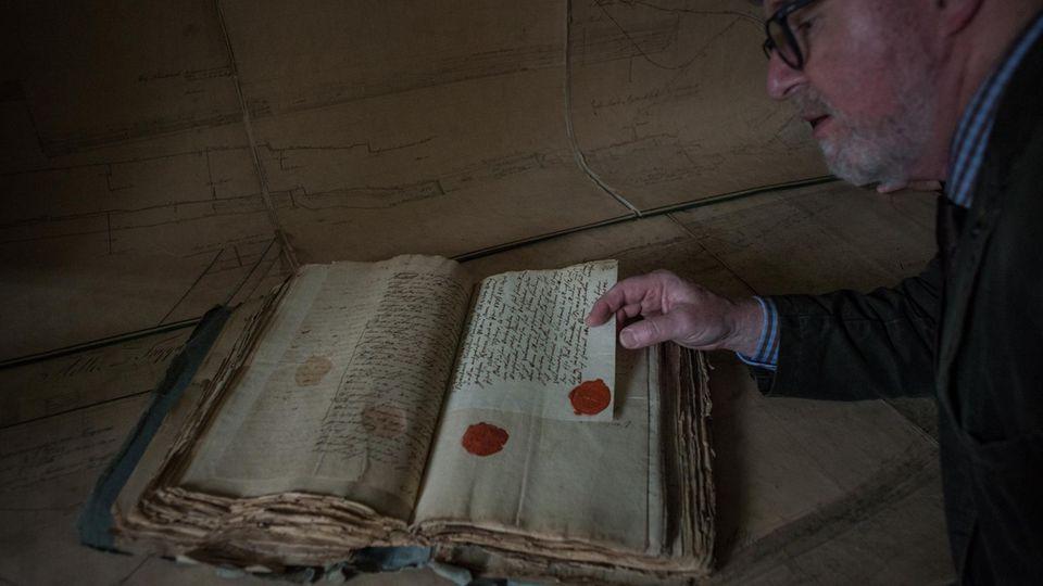Stollensuche: Meist beginnt die Recherche in antiken Dokumenten