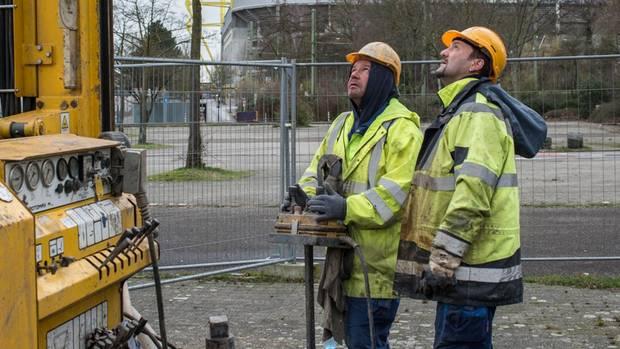 2017 senkten sich Parkplätze am Dortmunder Stadion. Arbeiter füllen Beton in die alten Schächte