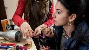 Vor dem Brautmarkt verbringt Vanya zwei Stunden beim Friseur. Für besonders schöne Frauen zahlen die Männer Tausende Euro.