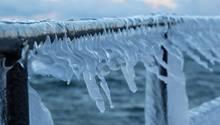 Eiszapfen hängen von einer Schiffsrehling - der Golfstrom schwächt sich ab