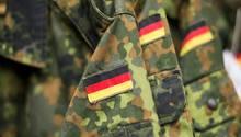 Drei deutsche Flaggen auf den Ärmeln der Camouflage-Jacken der Bundeswehr