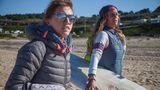 Joko-Reporterin Nele Justus mit Monsterjägerin Justine Dupont – und einem Surfbrett.