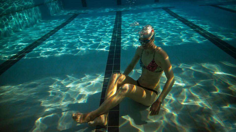 Sie sitzt. Und sitzt. Und sitzt. Unter Wasser. Viereinhalb Minuten lang.