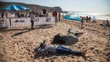 In Nazaré kann man nicht nur Wellen auschecken, sondern auch am Strand liegen.