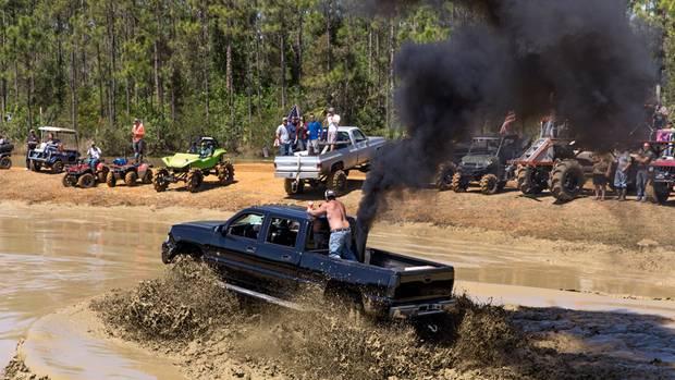 """Die Auspuffrohre der """"Rollin' Coal""""-Diesel-Trucks sind gebaut für besonders schmutzige Abgase – auch ein Beitrag zur Klimadebatte"""