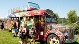 """Damals ein Symbol für die Flower-Power-Bewegung und auch heute noch als Replik in Seattle zu besichtigen: Der psychedelische Bus trägt den Titel """"Further"""". Gekauft wurde er im Jahr 1964 von Ken Kesey, einem Autor und wichtigem Mitglied der Hippie-Bewegung."""