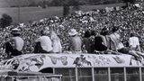 Das Woodstock Festival fand 1969 in einer kleinen Gemeinde westlich von New York statt. Hier feierten eine halbe Million Amerikaner den musikgeschichtlichen Höhepunkt der Hippie-Bewegung. Eine Generation versucht Ballast abzuwerfen: LSD ist die Droge der Stunde.