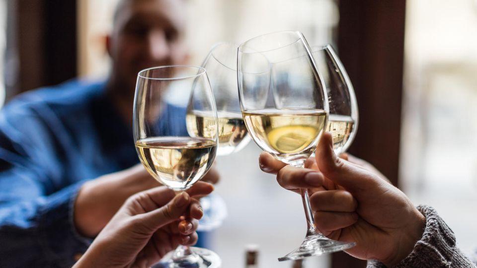 Anstoßen mit einem Weinglas