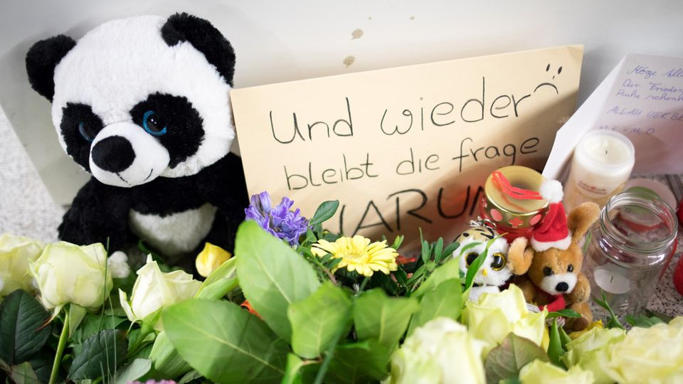Nidergelegte Blumen am Hamburger S-Bahnhof Jungfernstieg