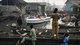 """Touristen auf einem Boot besichtigen die informelle Siedlung Makoko, einem ehemaligenFischerdorf, in Lagos, Nigeria. Das Bild trägt den Titel """"Lagos Waterfronts under Threat"""", der deutsche Fotograf Jesco Denzel gewann in derKategorie """"Contemporary Issues""""."""