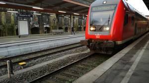 Ein Zug steht am Bahnsteig im Bahnhof in Wuppertal. Ein Mann hat sich hier ein fremdes Kind geschnappt und ist mit ihm vor einen einfahrenden Zug gesprungen