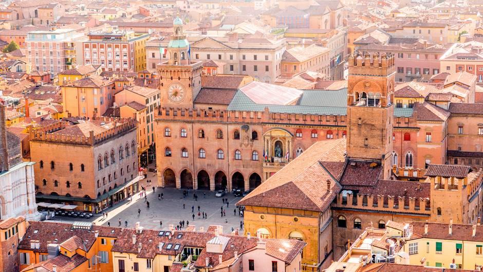 Altstadt mit Arkaden: Bolognas Piazza Maggiore mit dem Palazzo d'Accursio und der Basilika San Petronio.