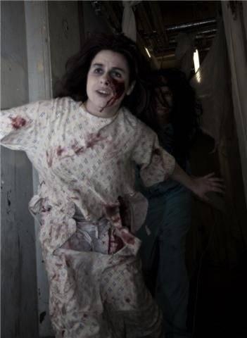 Jade Kelly-Haydon als Geisterbahn-Schauspielerin