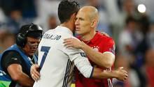 Cristiano Ronaldo umarmt Arjen Robben nach dem Champions League-Viertelfinale im April 2017