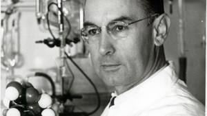 Junger Albert Hofmann in seinem Labor