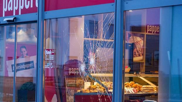 Löcher in der Fensterscheibe einer Bäckerei