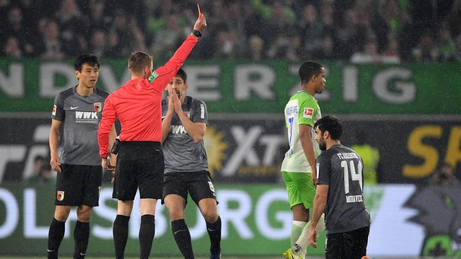 Schiedsrichter Ittrich schickt Augsburgs Moravek vom Platz - doch Wolfsburg kann dies nicht für sich nutzen