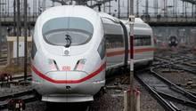 Ein Sonderzug der Deutschen Bahn fährt am am Hauptbahnhof in München ab