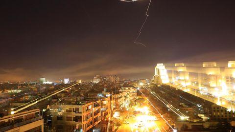 Syrien: Ein Leuchtstreif ist bei einem Luftangriff am Himmel über Damaskus zu sehen