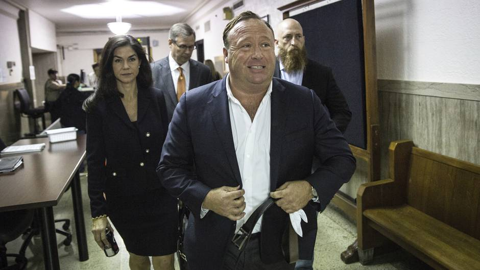 Moderator Alex Jones attackierte US-Präsident Donald Trump