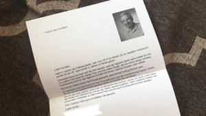 Ein Foto zeigt den Abschiedsbrief eines DHL-Boten, der in Rente geht. Ein weißes DinA4-Blatt, rechts oben ein Foto