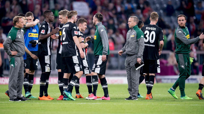 Nach Abpfiff  beim FC Bayern München stehen Spieler und Betreuer von Borussia Mönchengladbach mit hängenden Köpfen auf dem Rasen