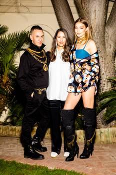 Diese Nachricht dürfte Modefans weltweit in Aufregung versetzen: Die diesjährige Designer-Kollektion von H&M entwirft Modemacher Jeremy Scott. Der 42-jährige Amerikaner arbeitet seit fünf Jahren für das italienische Modehaus Moschino und machte es mit seinen exzentrischen Entwürfen zu einem der begehrtesten Labels der Branche. Vor allem Promis wie Katy Perry, Madonna oder Miley Cyrus lieben die schrillen Designs. Model Gigi Hadid (r.) gab beim Coachella-Festival einen ersten Vorgeschmack, was die H&M-Kunden erwartet. Die Kollektion wird ab dem 8. November erhältlich sein.