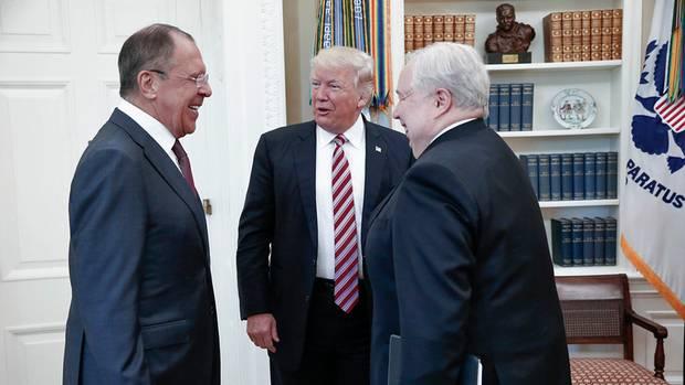 Ein Treffen von Trump mit dem damaligen russischen Botschafter Sergej Kisljak (rechts)
