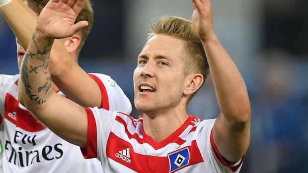 Lewis Holtby feiert - noch ist es möglich, dass der HSV die Relegation erreicht.