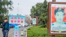 In der Einfahrt zum Rathaus werden die Taten einzelner Bürger hervorgehoben.